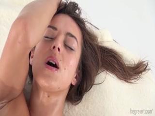 Массажистка делает массаж клитора и киски своей клиентке на столе для порно видео онлайн!