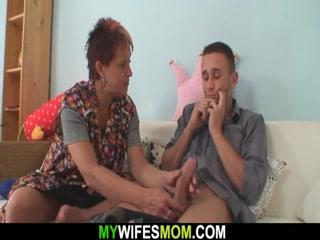 Секс видео инцест со зрелой женщиной, что любит сосать хуи у молодых парней дома