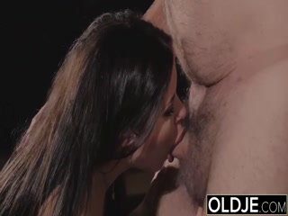 Секс с молодыми девушками и парнями дома на кровати в киску девушки очень понравился им обоим