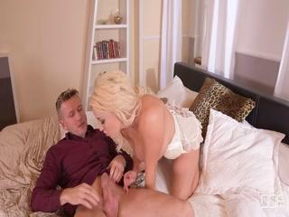 Порно видео молодых парней и двух девушек - двойное проникновение