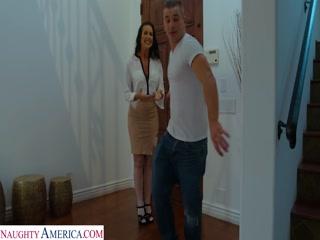 Секс со зрелой женщиной в чулках и ее любовником дома у нее во дворе