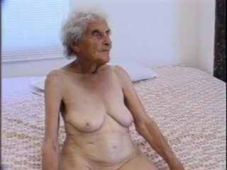 Зрелая бабушка научила молодого парня сексу