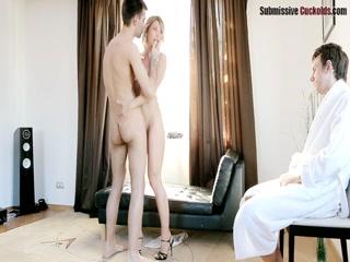 Блондинка сосет и трахается на диване в разных позах со своим парнем дома