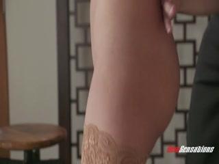 Голая девушка  лет трахается со своим парнем на диване дома