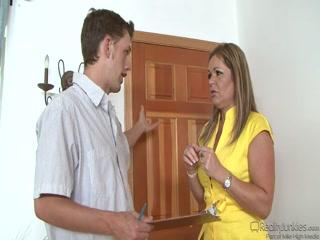 Мама и сын занимаются отличным анальным трахом дома в гостиной комнате видео hd качества!